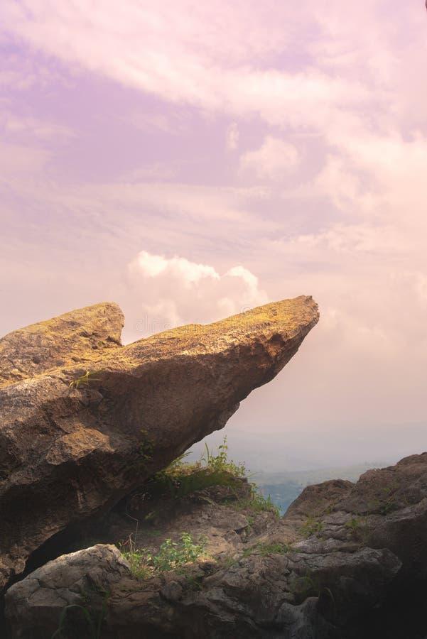 Bordo del punto di Cliff King Rock sul giardino di pietra alla cima stessa della montagna durante il cielo rosa fotografia stock
