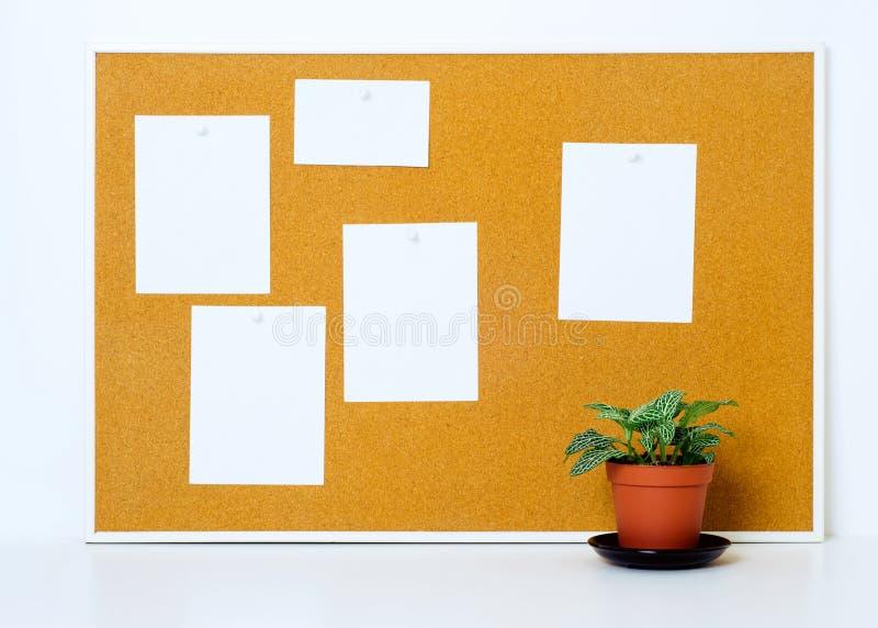 Bordo del sughero con le note di carta per pubblicare immagine stock libera da diritti