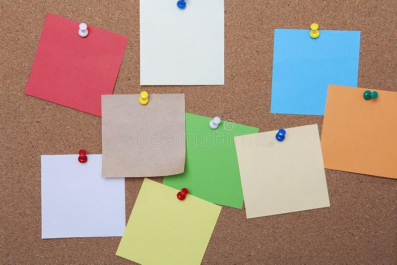Bordo del sughero di Brown con le note appiccicose colorate fotografie stock