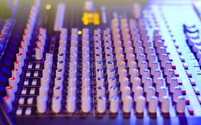 Bordo del tecnico del suono su un fondo blured immagini stock