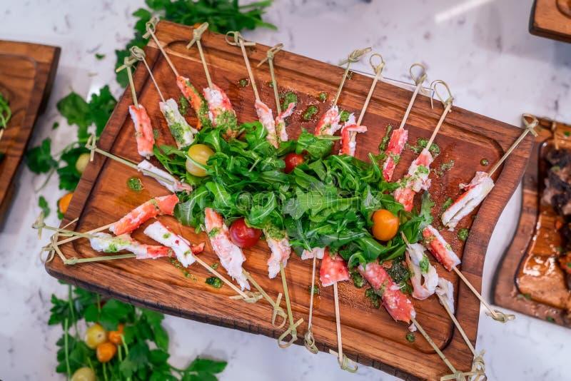 Bordo delizioso dell'insalata degli spiedi e della rucola della gamba di granchio fotografie stock