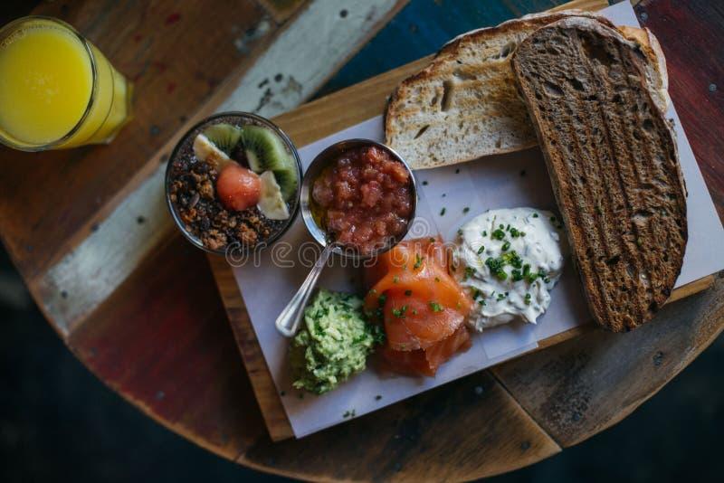 Bordo delizioso della prima colazione sul vassoio di legno immagine stock libera da diritti