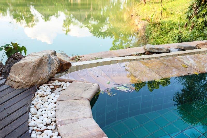 Bordo della piscina che decora con la pietra bianca fotografie stock