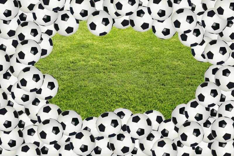 Bordo della sfera di calcio sopra erba verde fotografie stock