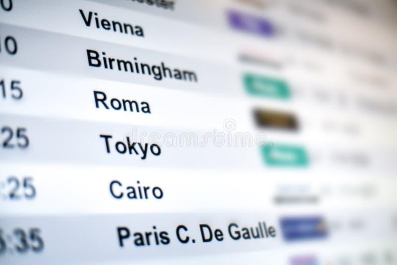 Bordo dello schermo di terminale dell'aeroporto che mostra informazioni, l'orario e le destinazioni di volo fotografia stock libera da diritti
