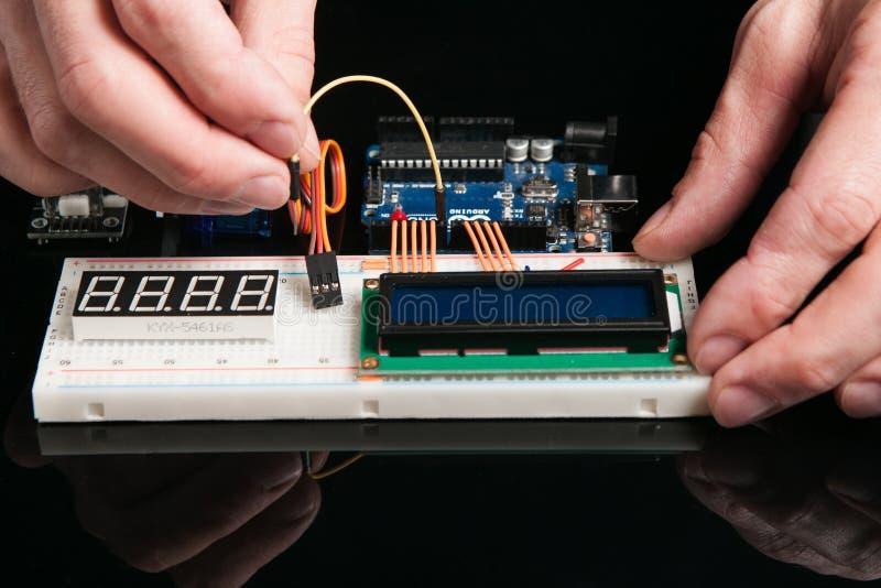 Bordo di Arduino UNO con i componenti elettronici fotografia stock libera da diritti