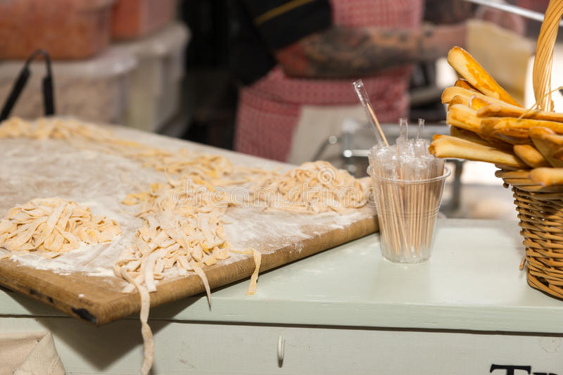 Bordo di bambù con le tagliatelle dalla merce nel carrello dei grissini immagine stock