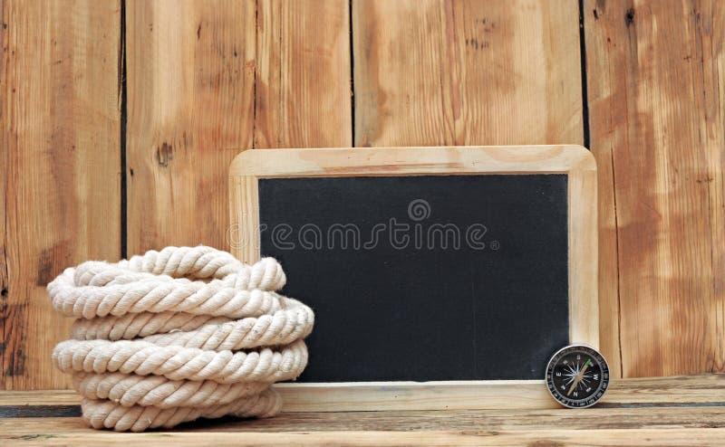 Bordo di gesso, bussola e corda immagine stock libera da diritti
