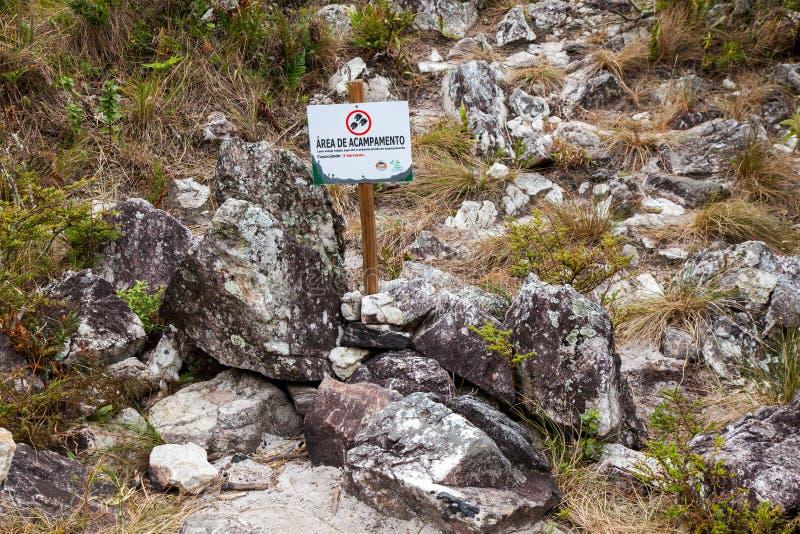 Bordo di informazioni che indica area di campeggio nella traversata di Serra Fina nella gamma di Mantiqueira immagini stock libere da diritti