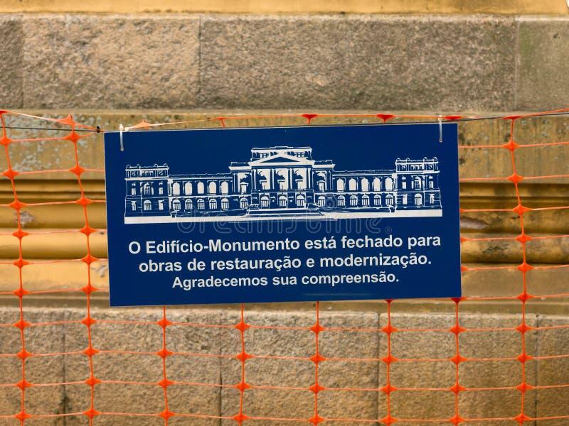Bordo di informazioni circa il museo di Ipiranga nell'ambito della riparazione - in costruzione - museo di USP Paulista fotografia stock