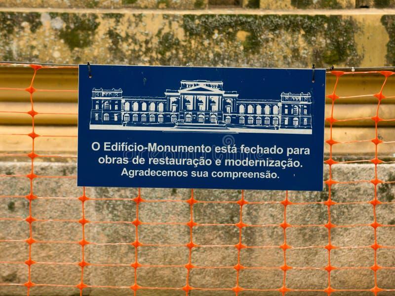 Bordo di informazioni circa il museo di Ipiranga nell'ambito della riparazione - in costruzione - museo di USP Paulista fotografie stock