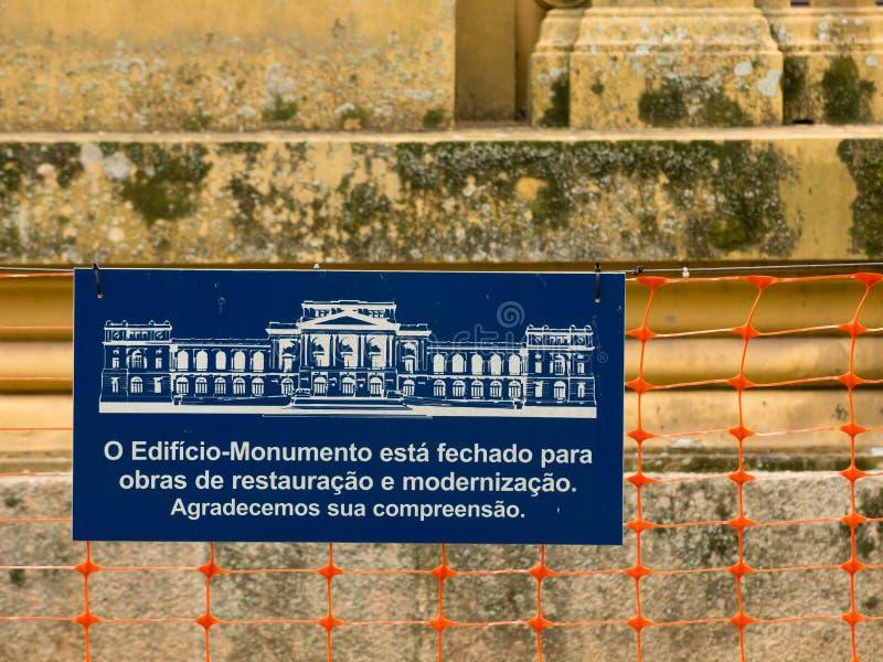 Bordo di informazioni circa il museo di Ipiranga nell'ambito della riparazione - in costruzione - museo di USP Paulista fotografia stock libera da diritti