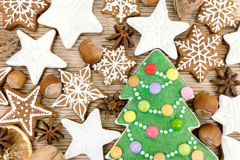 Bordo di legno con i biscotti casalinghi del pan di zenzero di natale, frutti fotografia stock libera da diritti