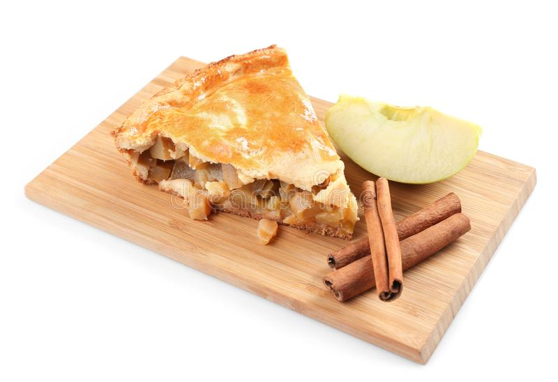 Bordo di legno con il pezzo di torta di mele e di cannella su fondo bianco fotografie stock
