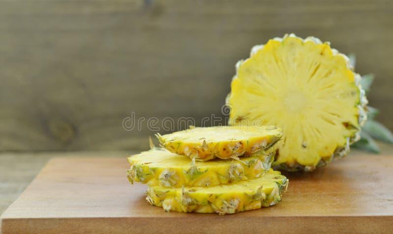 Bordo di legno con l'ananas fresco delle fette immagine stock libera da diritti