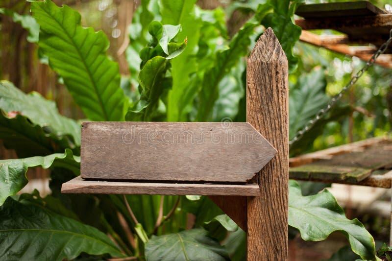 Bordo di legno del contrassegno ed albero BG immagini stock libere da diritti