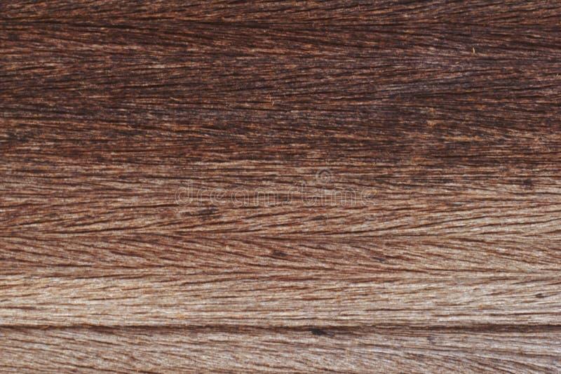 Bordo di legno incrinato di lerciume dalla fine sul fondo di struttura Il vecchio legno, le piccole crepe, marrone è diventato gr fotografie stock libere da diritti