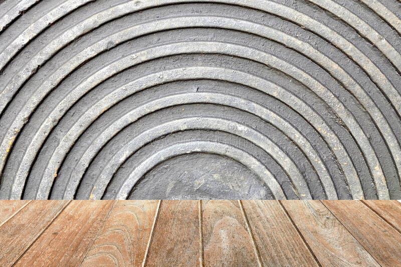 Bordo di legno vuoto con la metà del fondo resistente della copertura del tubo immagine stock