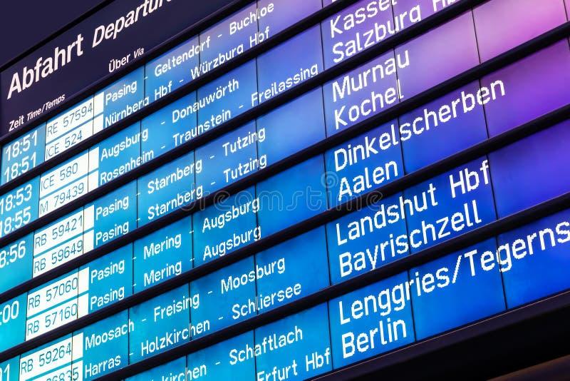 Bordo di partenza e di arrivo in Germania fotografia stock libera da diritti