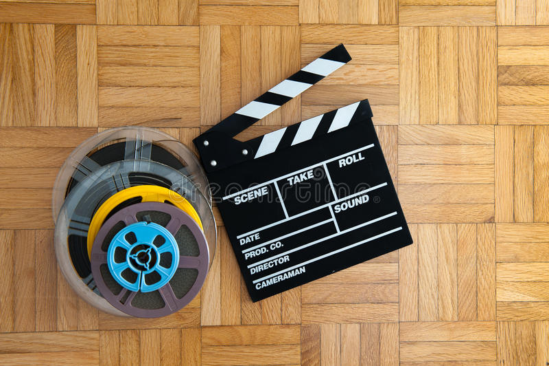 Download Bordo Di Valvola Di Film E Bobina Di Film Sul Pavimento Di Legno Fotografia Stock - Immagine di studio, lavagna: 56887642