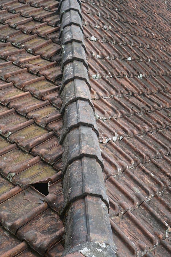 Bordo di vecchio tetto di mattonelle dell'argilla rossa fotografie stock libere da diritti