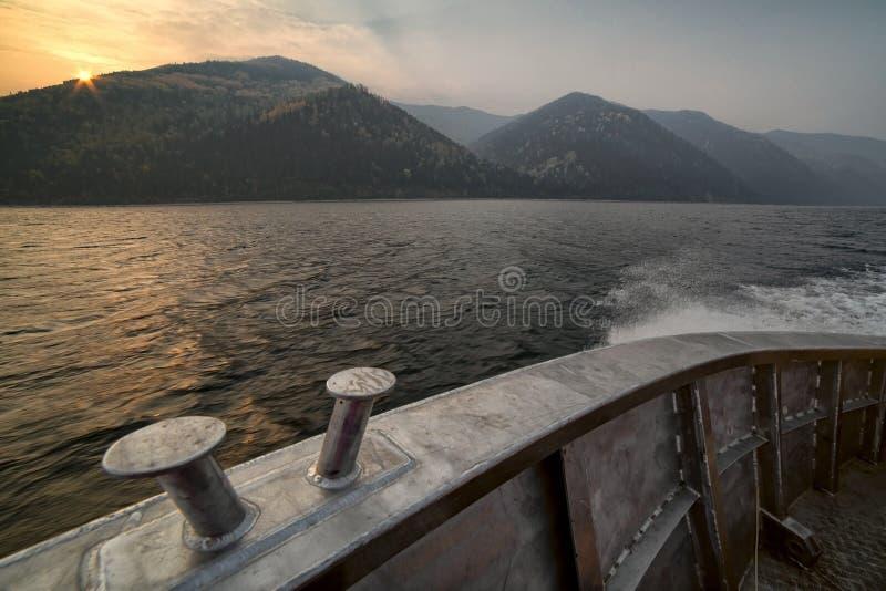 A bordo do barco de alumínio que vai através do lago imagem de stock