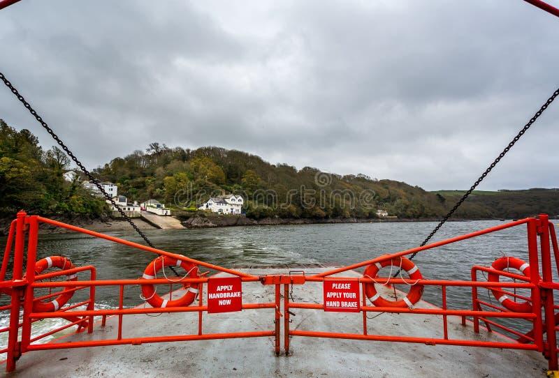 A bordo do porto de Fowey do cruzamento de balsa do carro e do passageiro de Bodinnick em Fowey, Cornualha, Reino Unido foto de stock royalty free