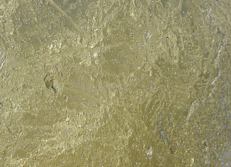 Bordo ghiacciato sottile contro la forte luce del sole In banchisa galleggiante sono le crepe visibili immagine stock
