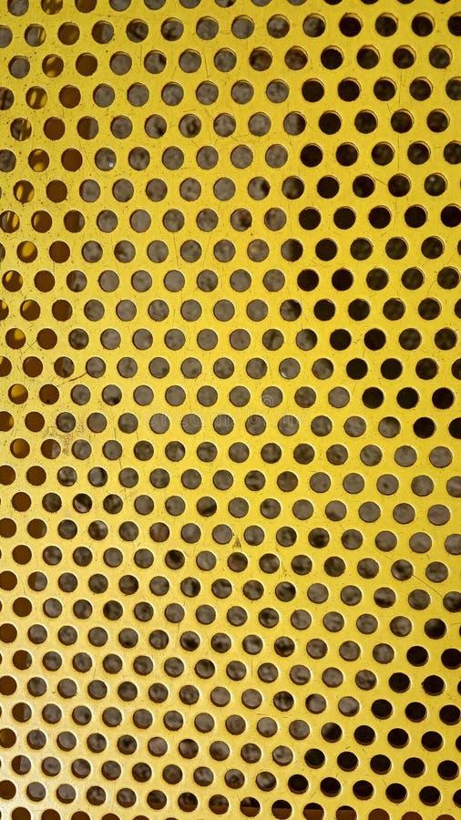 Bordo giallo del ferro di struttura del fondo con i tagli rotondi da parte a parte immagine stock