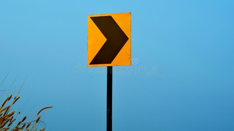 Bordo giallo del segno accanto alla strada principale fotografie stock libere da diritti