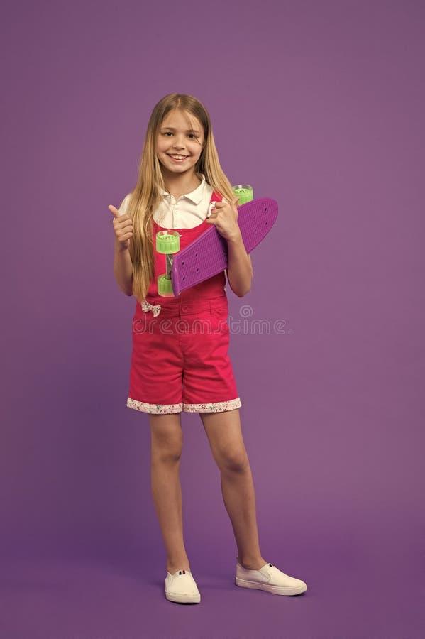 Bordo pronto del penny di giro della ragazza del bambino Hobby moderno della giovent? Bordi del penny anche conosciuti come il mi fotografia stock libera da diritti