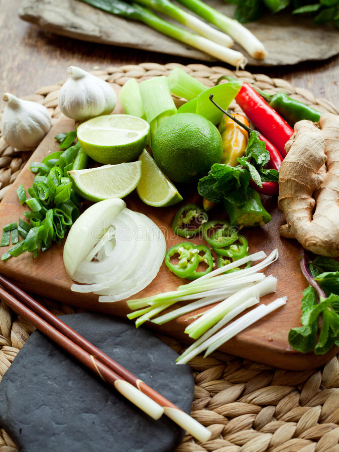 Bordo variopinto degli ingredienti alimentari vietnamiti immagine stock