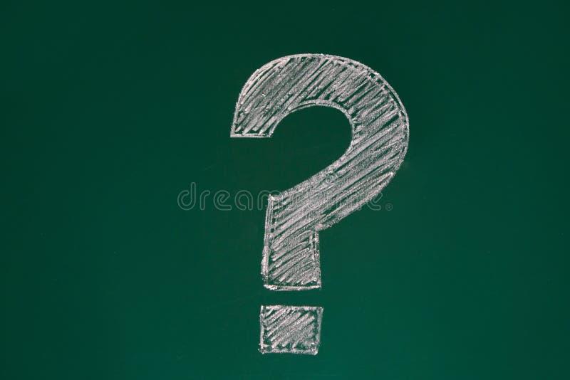 Bordo verde della scuola con un punto interrogativo Divorzi da gesso Aula, soluzione dei problemi immagine stock