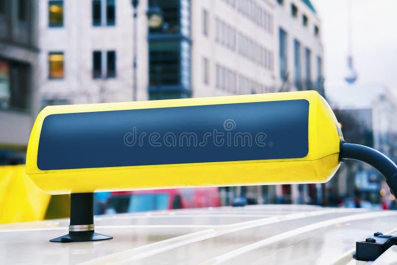 Bordo vuoto del segno del taxi in via di Berlin Germany fotografia stock