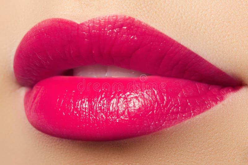 Bordos cor-de-rosa completos bonitos Batom cor-de-rosa Composição e cosméticos imagens de stock royalty free