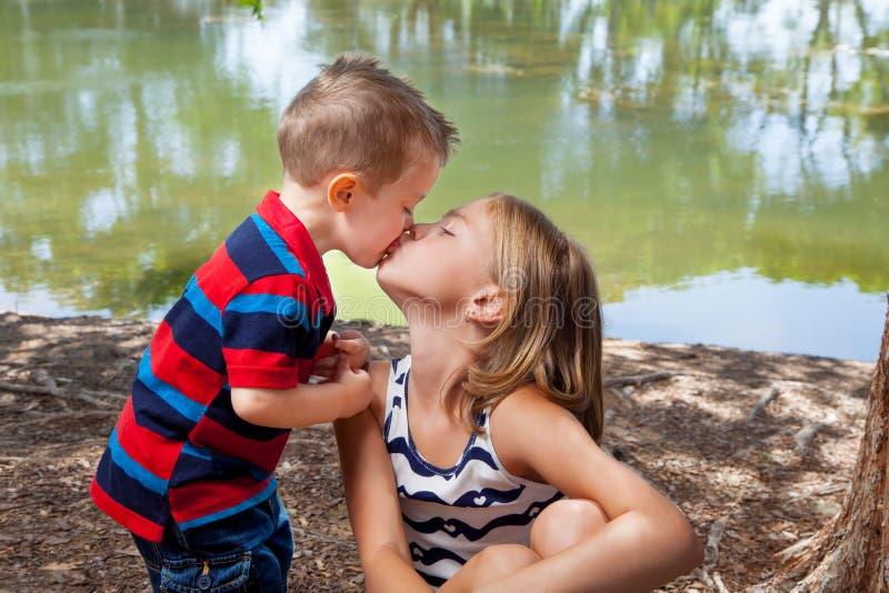 Bordos de Kisses Sister On do irmão mais novo foto de stock