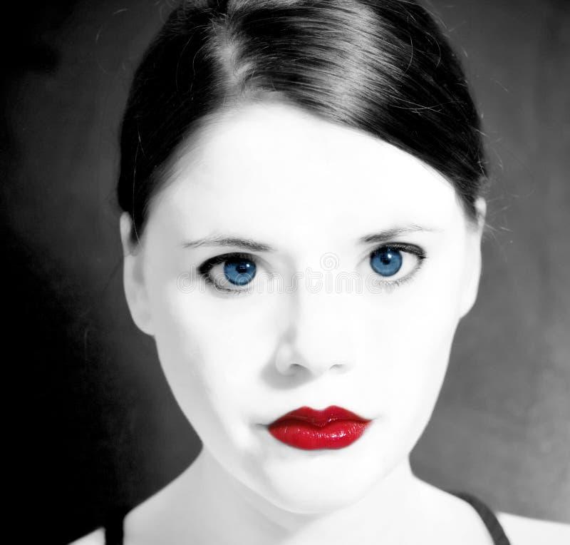 Bordos do vermelho dos olhos azuis da mulher foto de stock royalty free