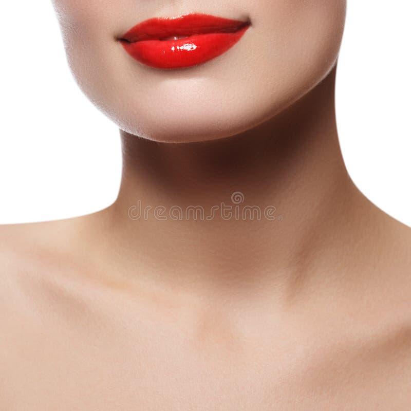 Bordos perfeitos bonitos Fim 'sexy' da boca acima Sorriso largo bonito da mulher fresca nova com bordos completos Isolado fotos de stock royalty free