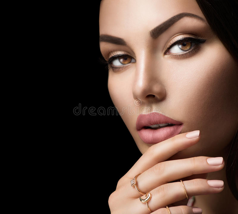 Bordos perfeitos da mulher com batom matte bege natural da forma fotografia de stock royalty free