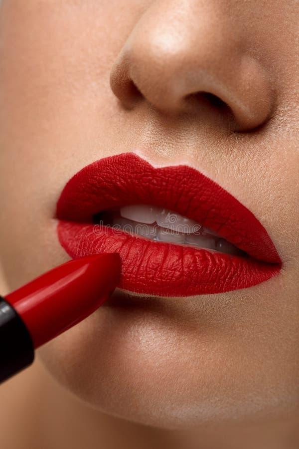 Bordos vermelhos Close up da cara da beleza da mulher com batom brilhante sobre fotos de stock royalty free