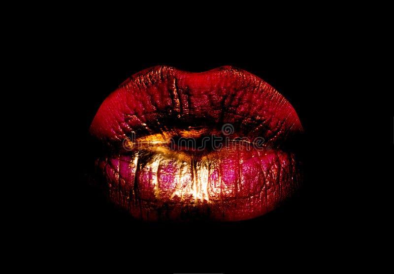 Bordos vermelhos dourados Ícone da boca da mulher Bordos isolados no fundo preto Conceito luxuoso dos cosméticos Sorriso ou beijo foto de stock