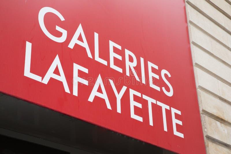 Bordowie Aquitaine, Francja,/- 06 10 2018: uczy reklamę podpisuje wewnątrz ulicę dla gatunku sklepu galeries Lafayette zdjęcia stock