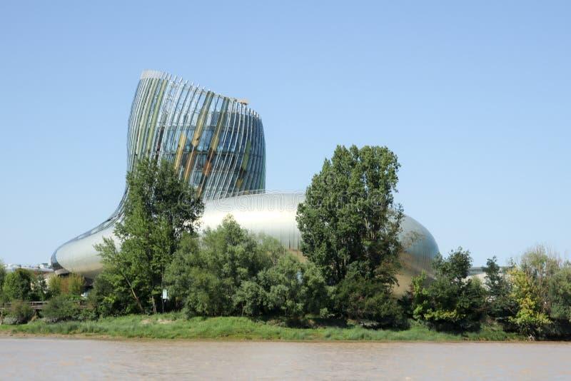 Bordowie, nowela Aquitaine, Francja/- 09 02 2018: Cytuje Du Vin muzeum od łódkowatej pozyci na rzecznym porcie wejście bordowie obraz royalty free