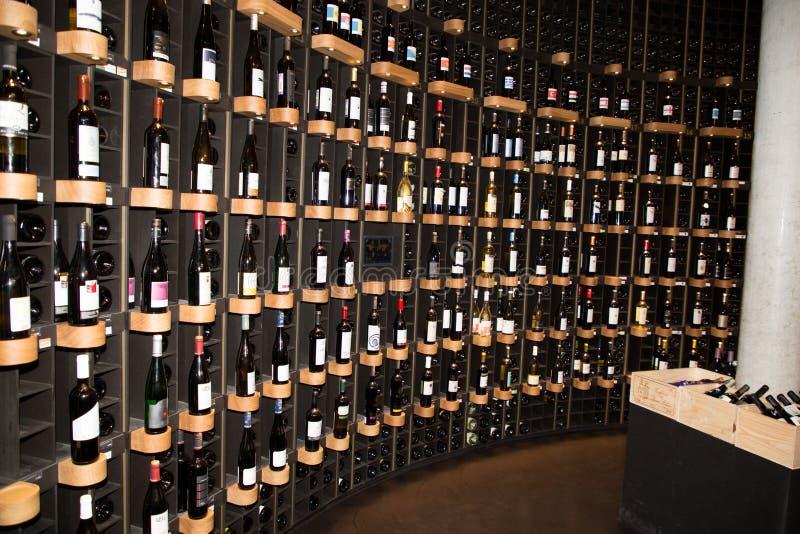 Bordowie, nowela Aquitaine, Francja/- 06 20 2018: parter, there's, wino bar i przypadkowa restauracja, księgarnia, obraz stock