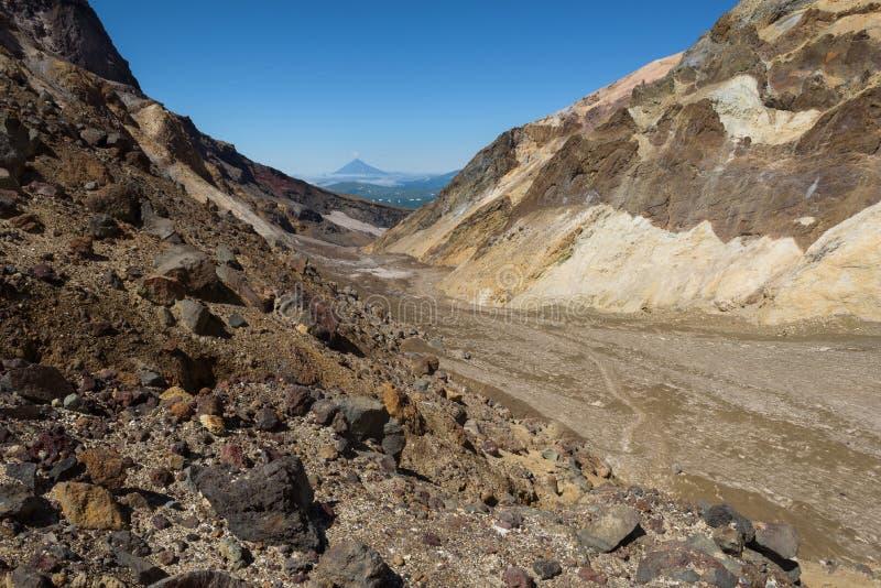 Download Bords Rocheux Du Canyon Menant Dans Le Cratère De Volcan De Mutnovsky Image stock - Image du gorge, glace: 76087447