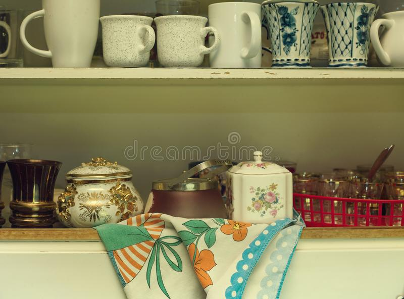 Bordsservis i kökhylla royaltyfri bild