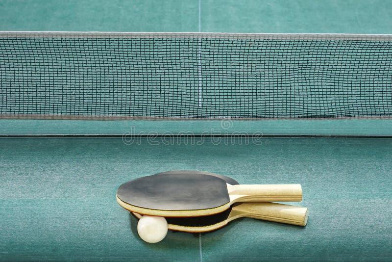 Bordtennis eller att knacka den pongracket och bollen på den gröna tabellen royaltyfri foto