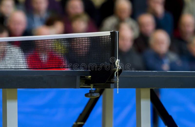 Bordtennis mot sikt av en stadion royaltyfria bilder