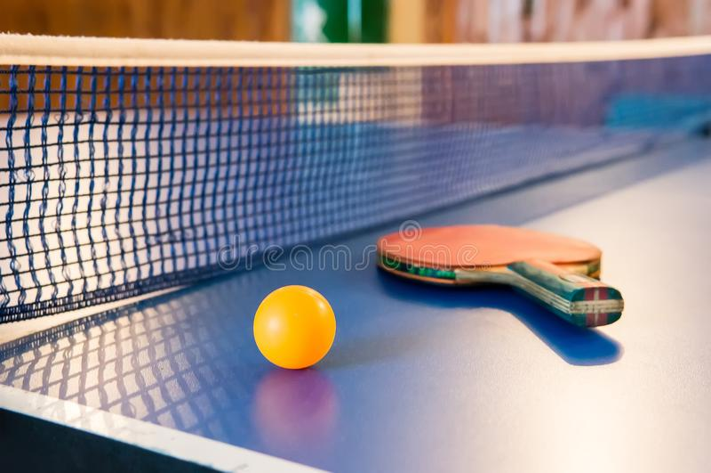 Bordtennis - racket, boll, tabell arkivbild