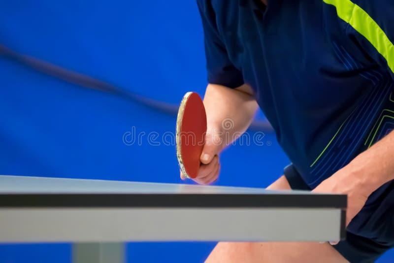 Bordtennisspelare som väntar på bollen royaltyfria bilder